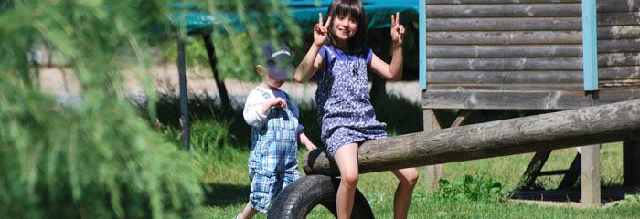 Enfants jouant au camping Les Pommiers dans l'Eure en Normandie, aux portes du calvados